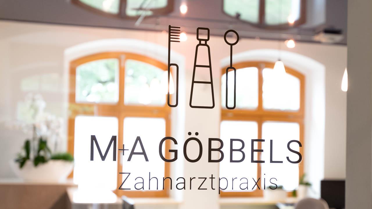 Eingang zur Zahnarztpraxis M+A Göbbels in der Altstadt von Hoyerswerda